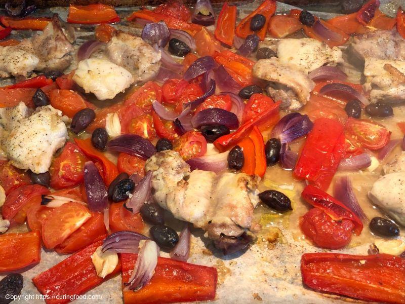 Tray-bake met kipdijfilet,paprika, tomaat en olijven